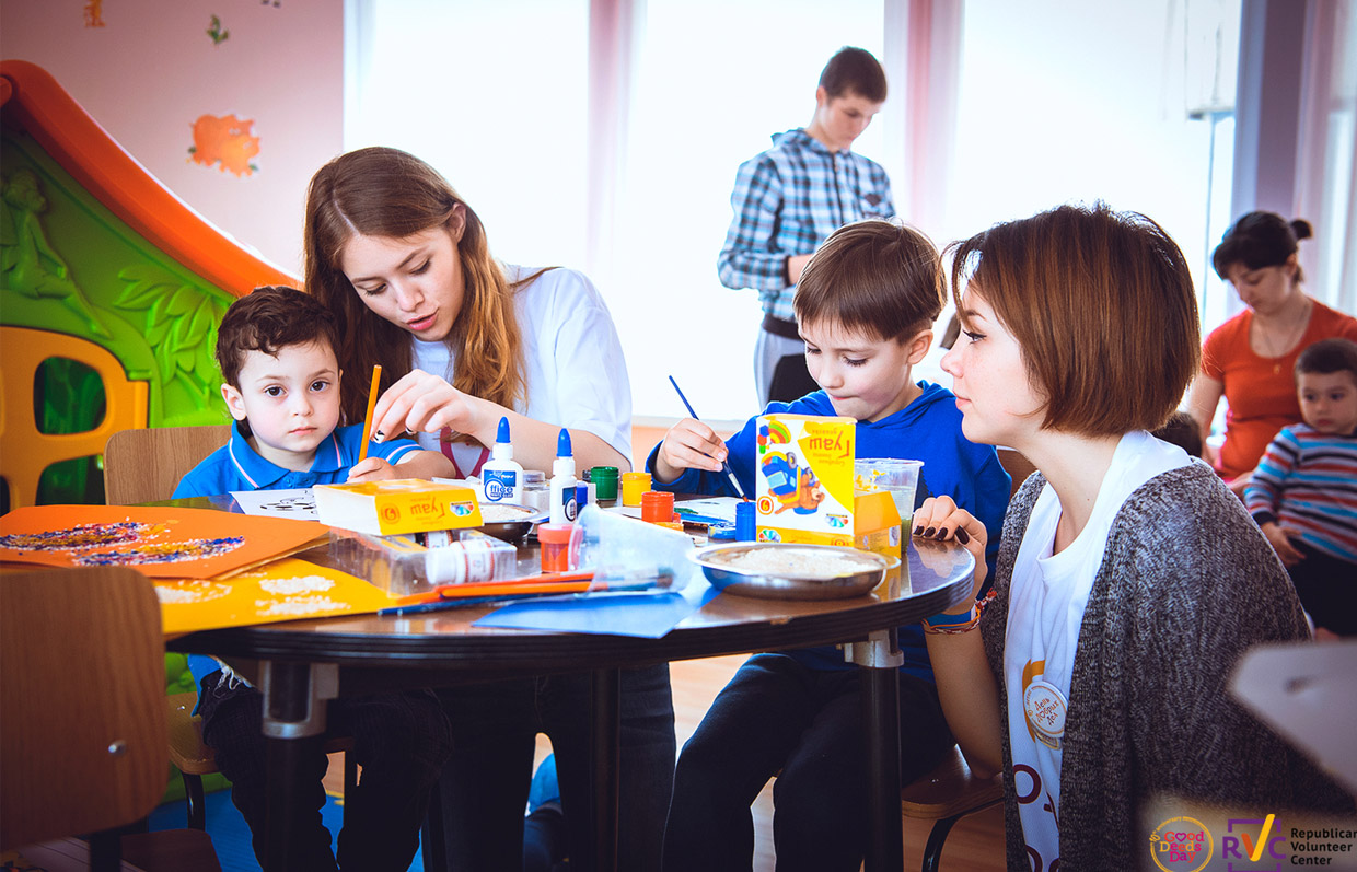 Republican Volunteer Center in Moldova volunteers with kids on Good Deeds Day
